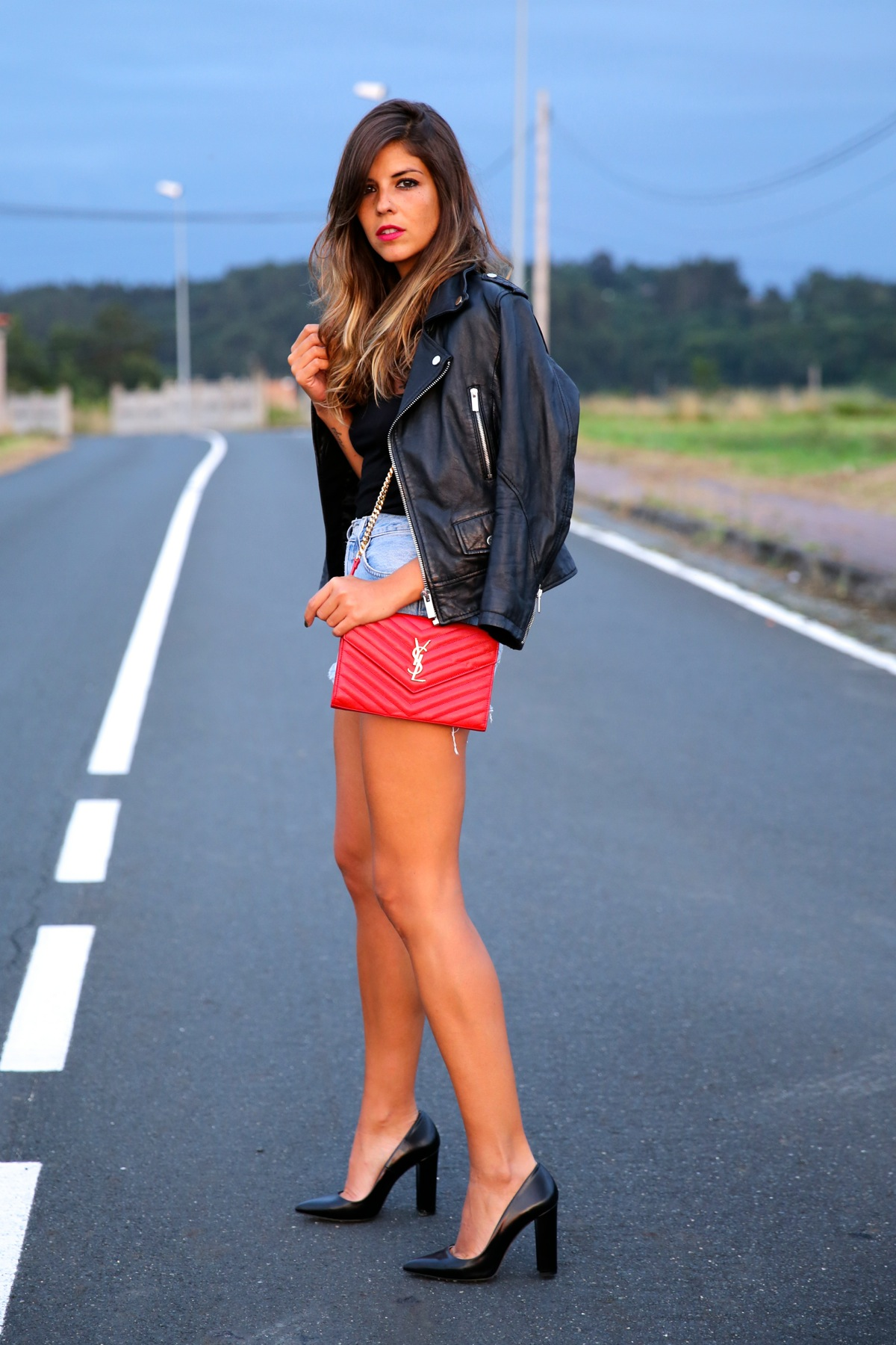 trendy_taste-look-outfit-street_style-ootd-blog-blogger-fashion_spain-moda_españa-denim_shorts-shorts_vaqueros-chaqueta_cuero-leather_jacket-ysl-saint_laurent-13