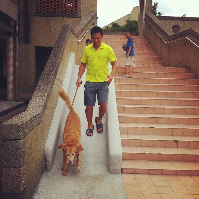 老公公溜滑梯