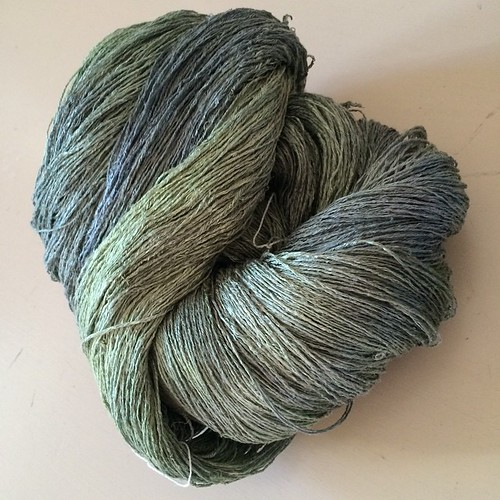 A beautiful hand-dyed silk I've found yesterday:) Una meravigliosa seta tinta a mano che ho trovato ieri:)