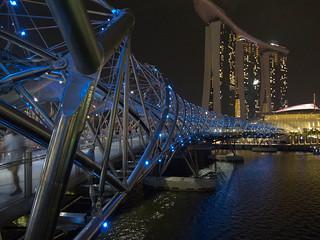 De Helix brug met het Marina Bay Sands Hotel