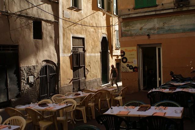 Le soleil couchant rase les murs du Vieux Nice