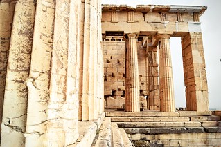 Imagem de Erechtheum. weekendwayfarers wanderlust adventure explore exploring travelphotography travelblogs travel travelblog travelblogging traveling travelbloggers travels travelings travelblogger travelling travellings travelers travelphotographers travelphotographer travellers greece athens greek mediterranean mediterraneansea hellenic attica ruins greekruins sculpture sculptures columns column ancientgreece outside outdoors acropolis acropolisofathens akropolis parthenon temple temples caryatids erechtheion erechtheum athena poseidon architecture religion religious