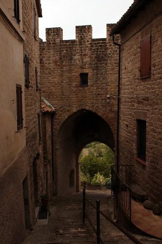 San Ginesio: mura e porta d'ingresso al paese