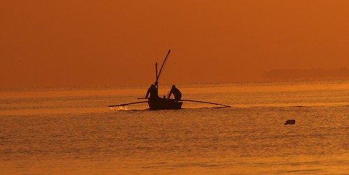 beach contraluz boat fishermen playa rowing backlit fishingboat pesca mozambique maputo bote pescadores remando botedepesca