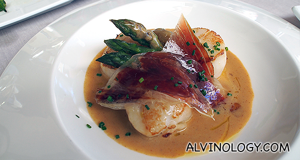 Grilled scallops with sea urchin emulsion, asparagus, shallots and iberian select ham