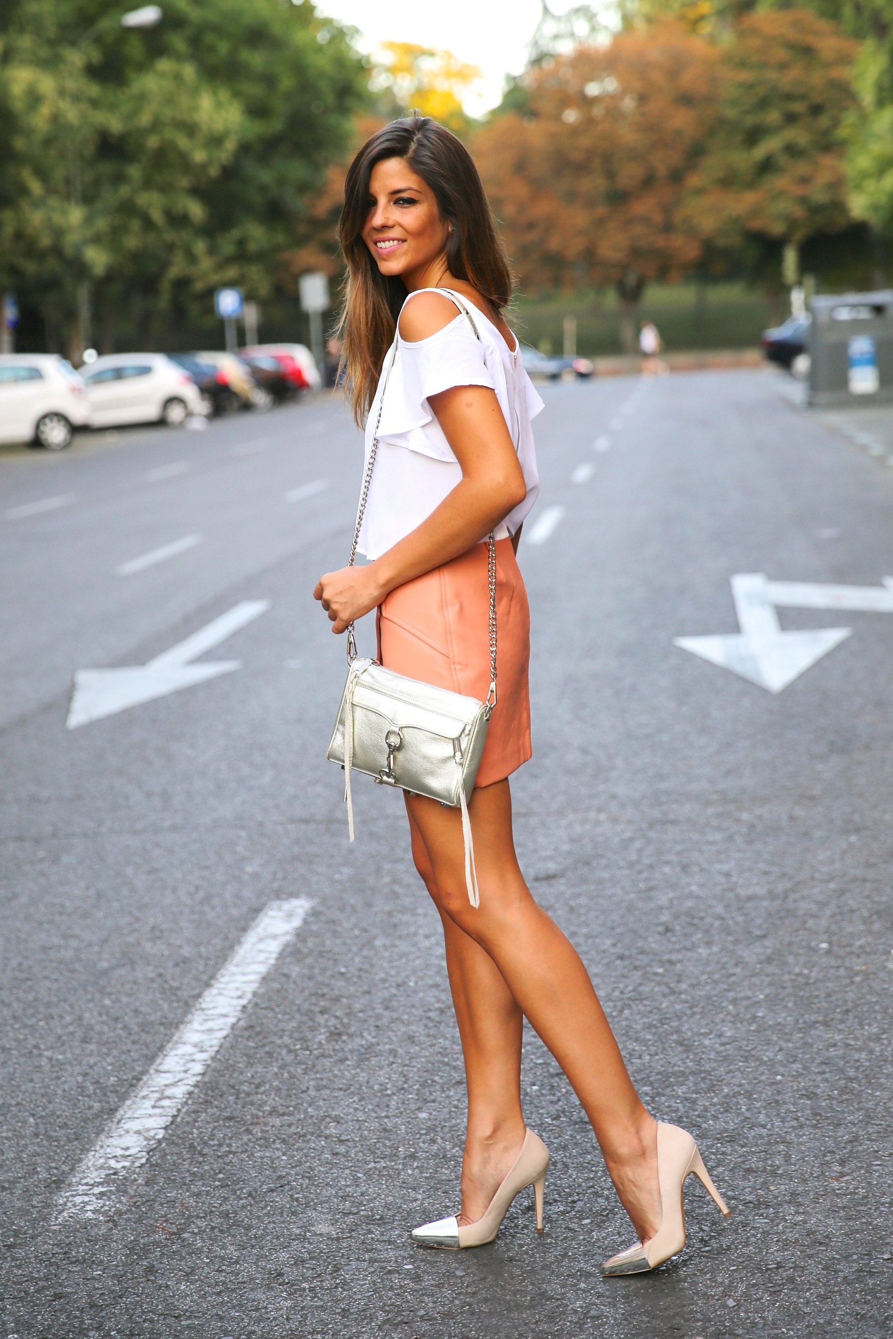 trendy_taste-look-outfit-street_style-ootd-blog-blogger-fashion_spain-moda_españa-madrid-silver_stilettos-punta_plata-estiletos-falda_coral-coral_skirt-top-16