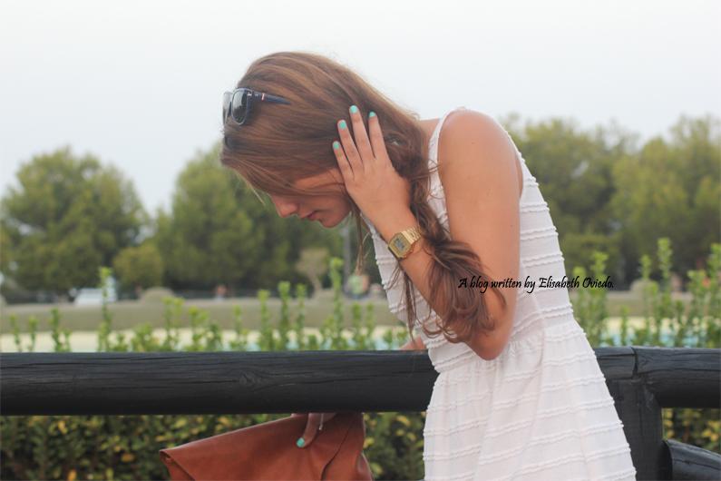 vestido-blanco-clutch-marrón-y-sandalias-marrones-con-fores-coral-MARYPAZ---HEELSANDROSES-(5)