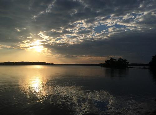 lake clouds sunrise godrays lakehartwell