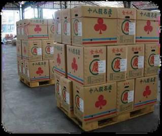 南台科大的學生發現,市場裡運送蔬菜用的紙箱並不會被回收再利用。圖片來源:綠粉絲