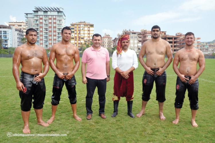 Adem Murat Yücel ve Güreş Ağası Kerim Yılmaz, Başkan Yağlı Pehlivan Güreş Festivali pelivanlarıyla