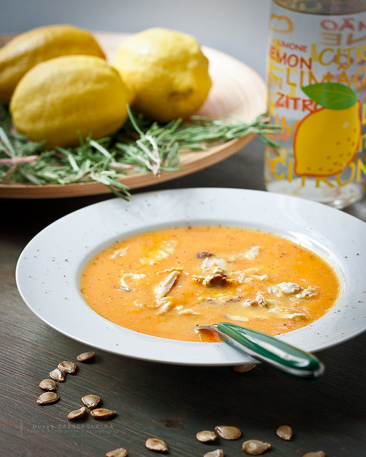 Pumpkin soup with chicken, curry and lemon