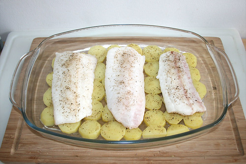 27 - Fischfilets auf Kartoffeln legen / Put fish on potatoes