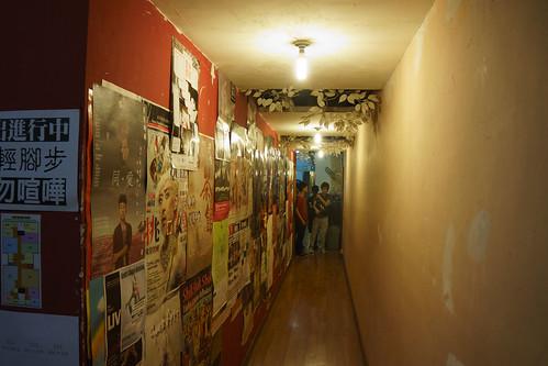 中間要穿過這窄長的走廊...