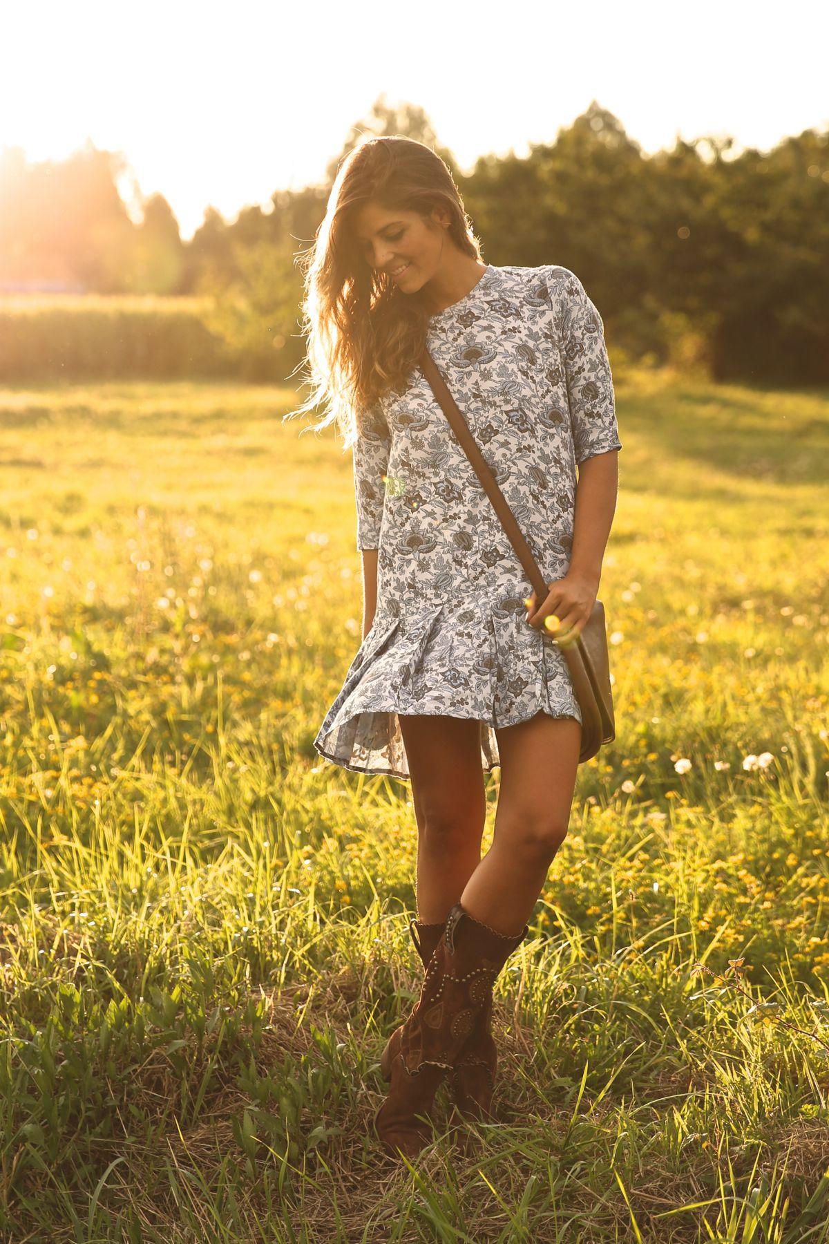 trendy_taste-look-outfit-street_style-ootd-blog-blogger-fashion_spain-moda_españa-cowboy-campero-sendra-cowboy_boots-botas_camperas-loewe-bag-bolso-vestido_flores-flower_print-dress-5
