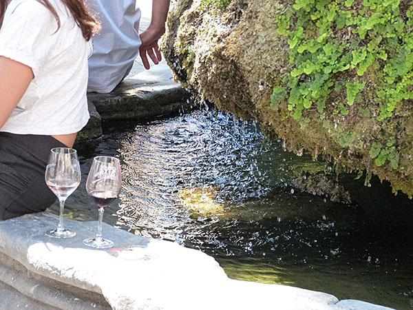 verres au bord d ela fontaine