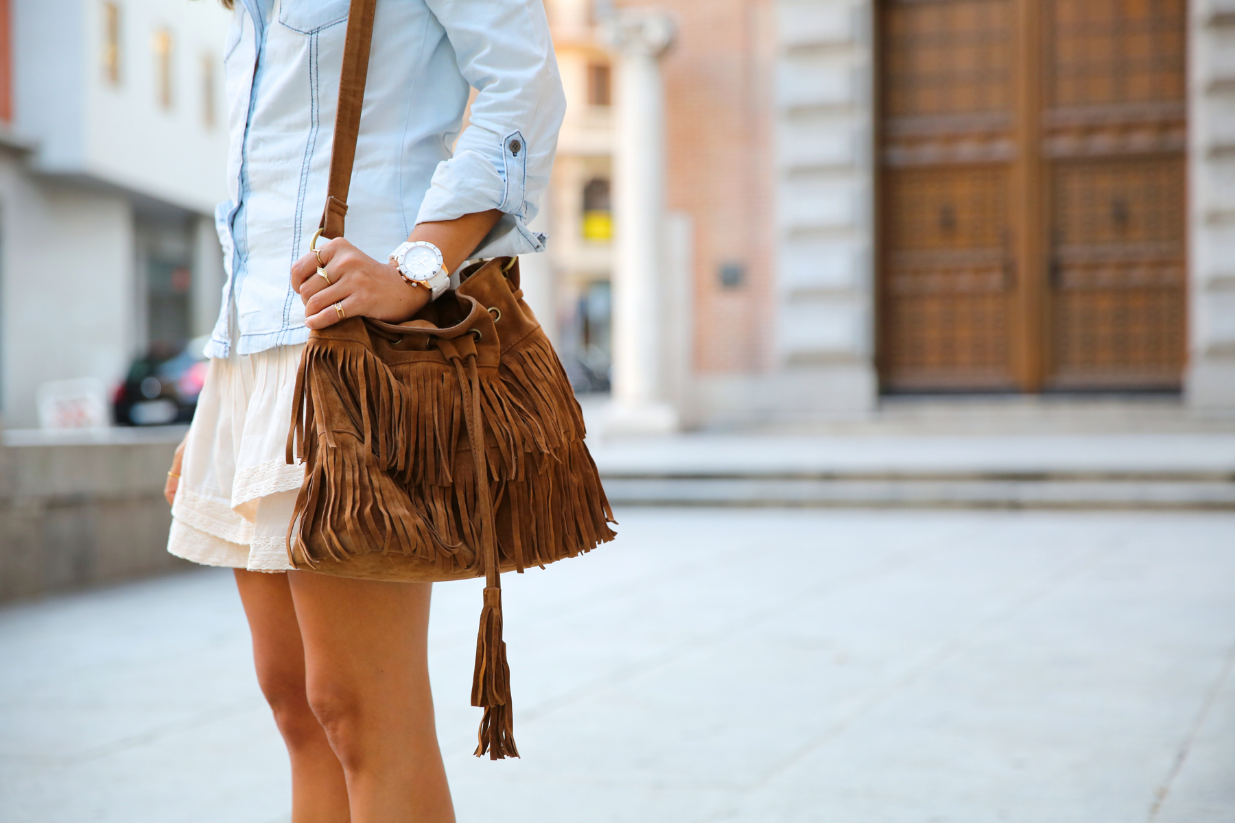 trendy_taste-look-outfit-street_style-denim-blog-blogger-fashion_spain-moda_españa-botines_camperos-it_shoes-cowboy_booties-skirt-falda-bolso_flecos-fringes_bag-camisa_vaquera-denim_shirt-4