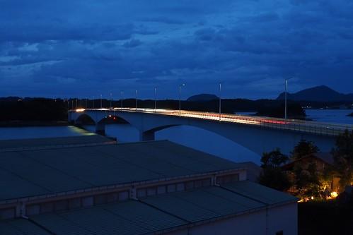 ホテルの部屋から橋を眺める