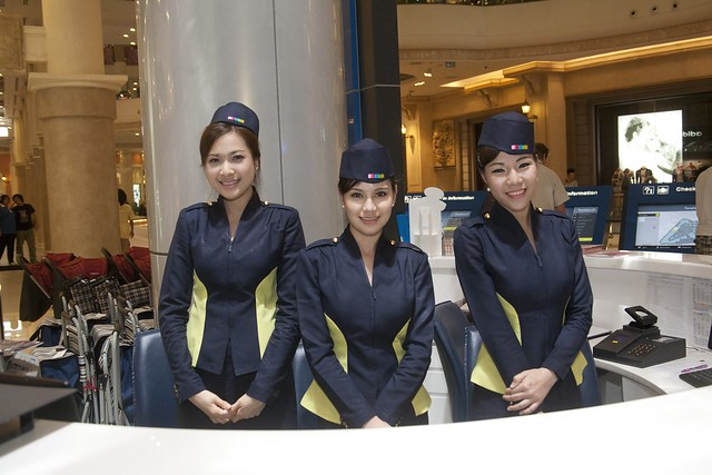 Receptionists at Terminal 21 (Photo by Zhang Song Guan)