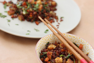 gebakken rijst met peen, ui, paksoy, tempeh en gedroogde garnalen