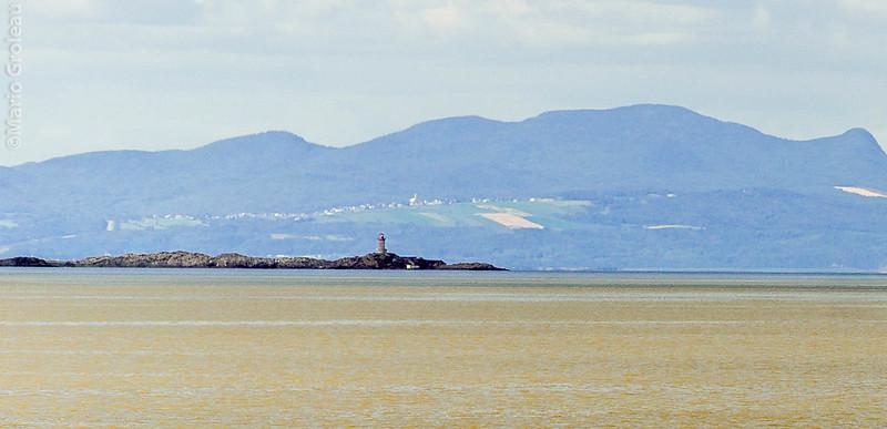 Le phare St-Pierre et les Éboulements vu de l'Islet sur Mer