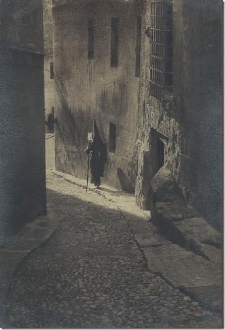 Un capuchón en Toledo (?) a comienzos del siglo XX. Fotografía de José María Álvarez de Toledo, Conde la Ventosa (1881-1950)