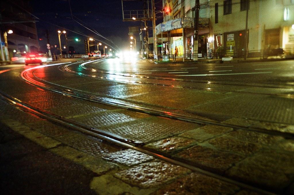 広電西広島 Hiroshima, Japan / Kodak ColorPlus / Lomo LC-A+ 在長崎的時候有拍過類似這樣的畫面,那時候是黃昏的光透映在鐵軌上反射的效果。  而這張是路面車輛的燈光來透映,效果好像還不錯,有對到焦就好。  Lomo LC-A+ Kodak ColorPlus ISO200 4896-0029 2016/09/25 Photo by Toomore