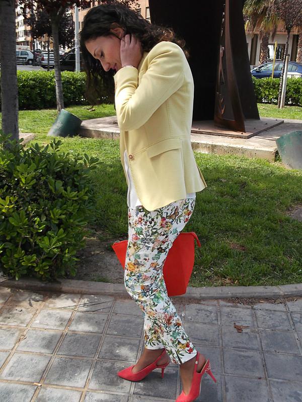colores vivos, estampado floral, pantalón floral, blazer amarillo pastel, blusa de gasa blanca, zapatos coral, bolso naranja neón, bright colours, floral print, floral pattern pants, pastel yellow blazer, white chiffon blouse, coral shoes, neon orange bag, Massimo Dutti, Mango, Zara, Ray – Ban