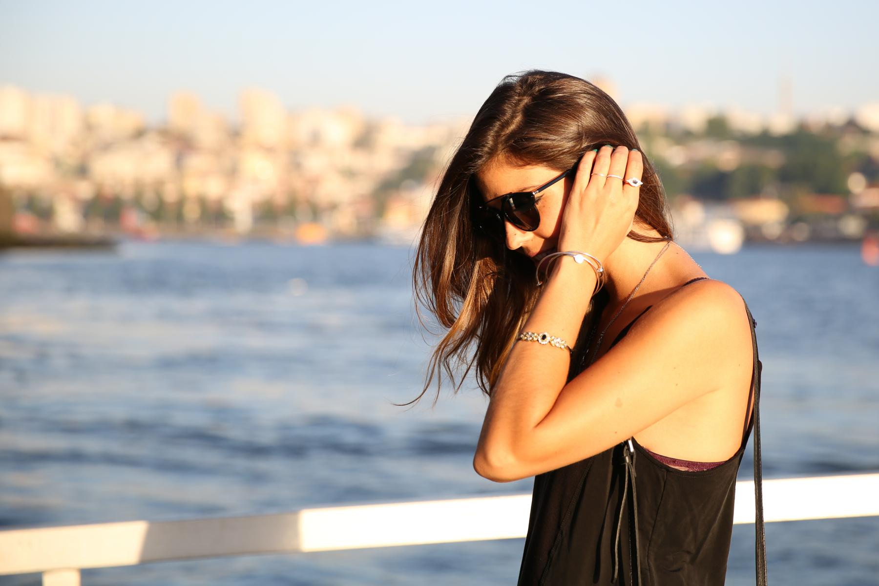 trendy_taste-look-outfit-street_style-ootd-blog-blogger-fashion_spain-moda_españa-salsa_jeans-dior_gafas-bolso_flecos-fringes_bag-khaki_shorts-shorts_caqui-grey_tee-camiseta_gris-verano-porto-portugal-10