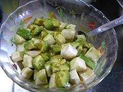 調味料と長芋、アボカドを混ぜ合わせて出来上がりです