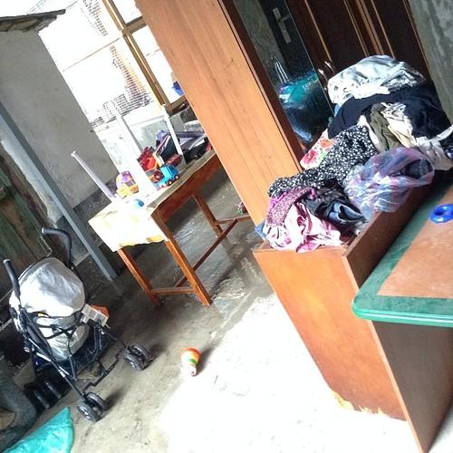 Вообще-то у меня ремонт, и вся мебель и вещи стоят под навесом! Ливень уже затапливает! Водостоки не справляются! #старыйкрым