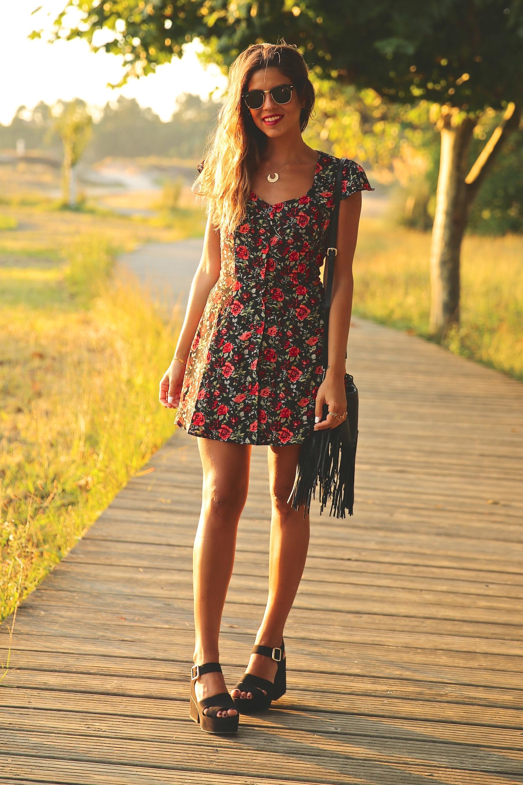 trendy_taste-look-outfit-street_style-ootd-blog-blogger-fashion_spain-moda_españa-flower_print-dress-vestido-flores-sandalias_negras-black_sandals-platforms-sunset-playa-beach-summer-12