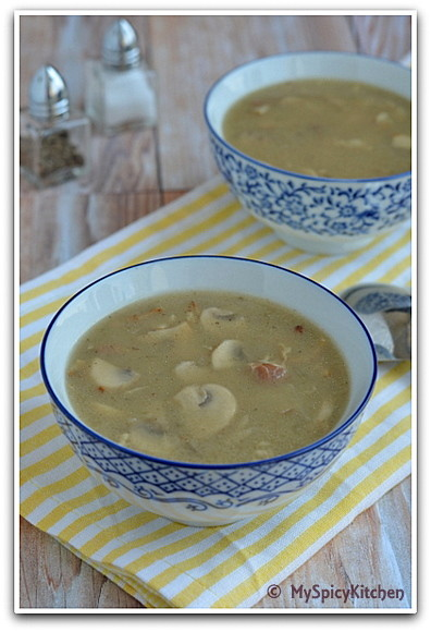 Houbova Polevka myslivecka in a bowl