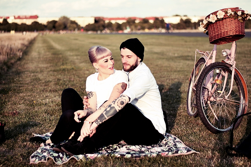 LOVE_BERLIN_COUPLE_FUN_TEMPELHOFER_FELD_PÄRCHEN_SPASS_TATTOOS_VINTAGE_FAHRRAD_BIKE_ROSA_FLOWERS_WHITE_HAIR_PIN_UP_50S_MAKEUP (8)