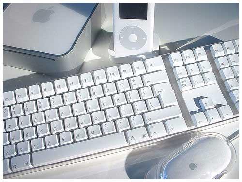 Mac Mini、iPod、键盘和鼠标