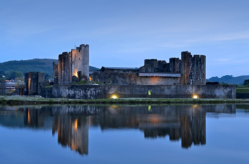 castle wales reflections lights luces nikon gales bluehour caerphillycastle castillo reflejos caerphilly horaazul nikond7000