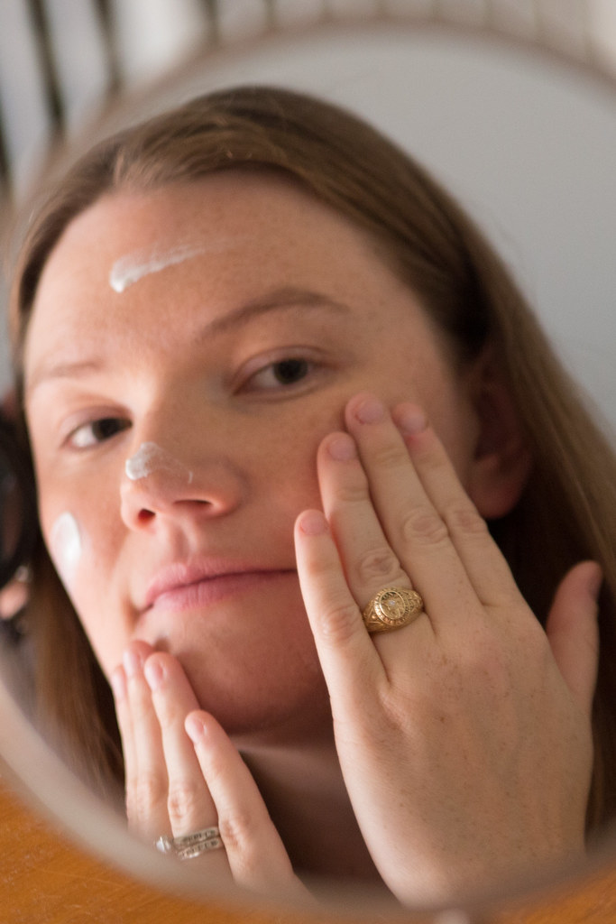 Applying Oil Free Moisture with SPF #AllDayLook #Shop