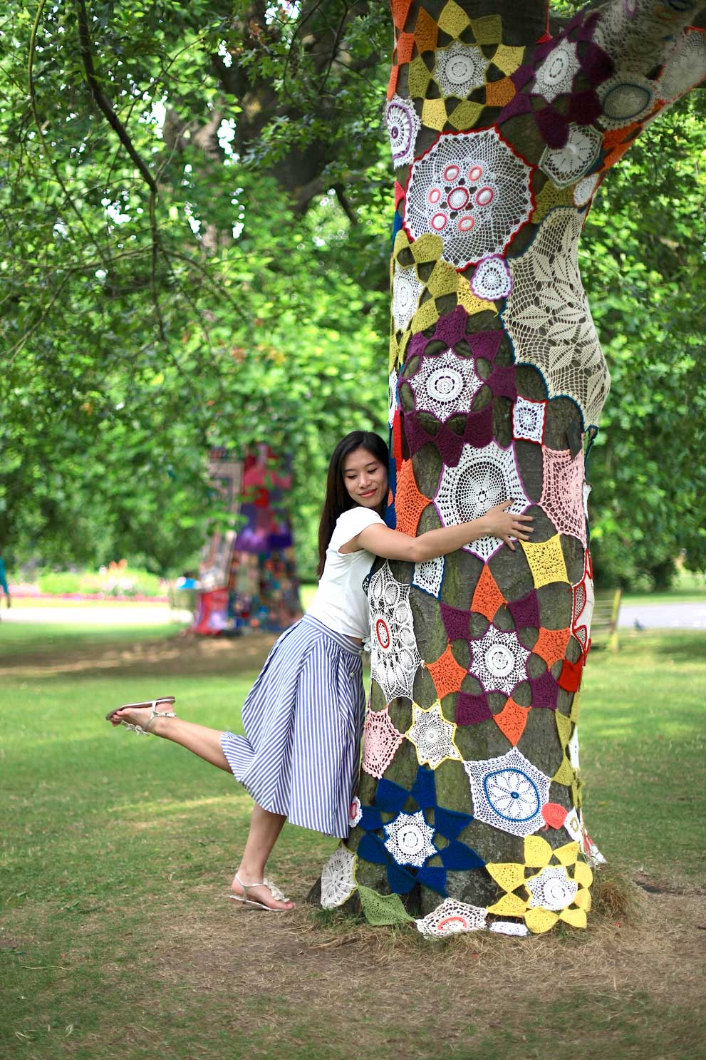 kew-gardens-tree-with-colourful-knitted-blanket