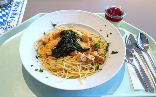 Lachswürfel in Hummersauce mit Blattspinat auf Spaghetti / Salmon dices in lobster sauce with leaf spinach on spaghetti