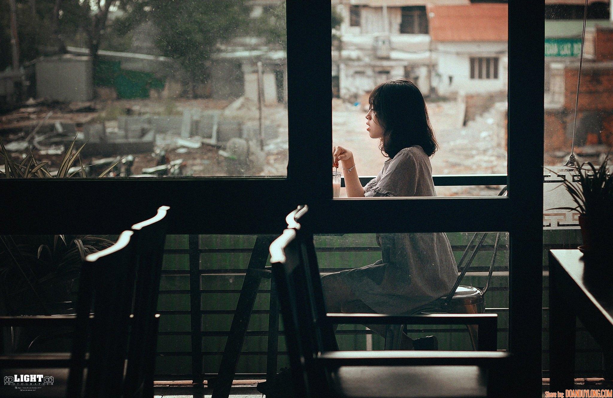 Share PSD màu trầm trong bộ ảnh cô gái bàn bên