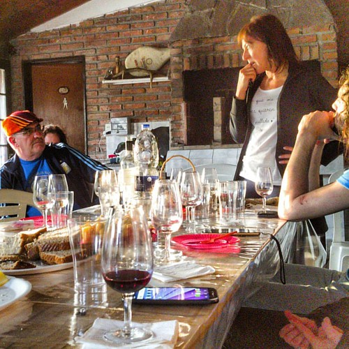 Debate sobre vinos con @andriucata en el cumpleaños de Andrea Delfino #latergram #wine #BuenosAires