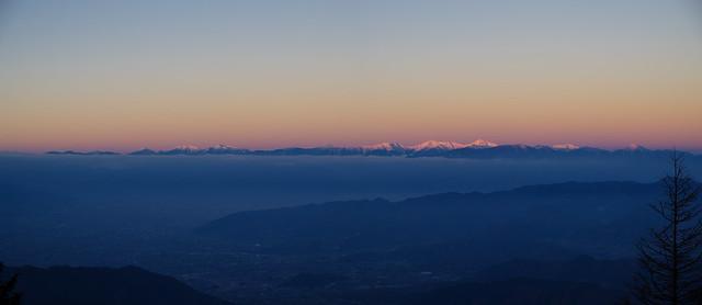 朝陽の当たり始めた南アルプス@雷岩