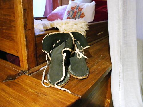 Scarpe accanto al letto