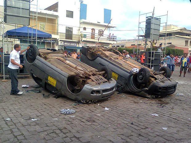 População destrói veículos que seriam sorteados em bingo (Foto: Portal Ponto Novo)