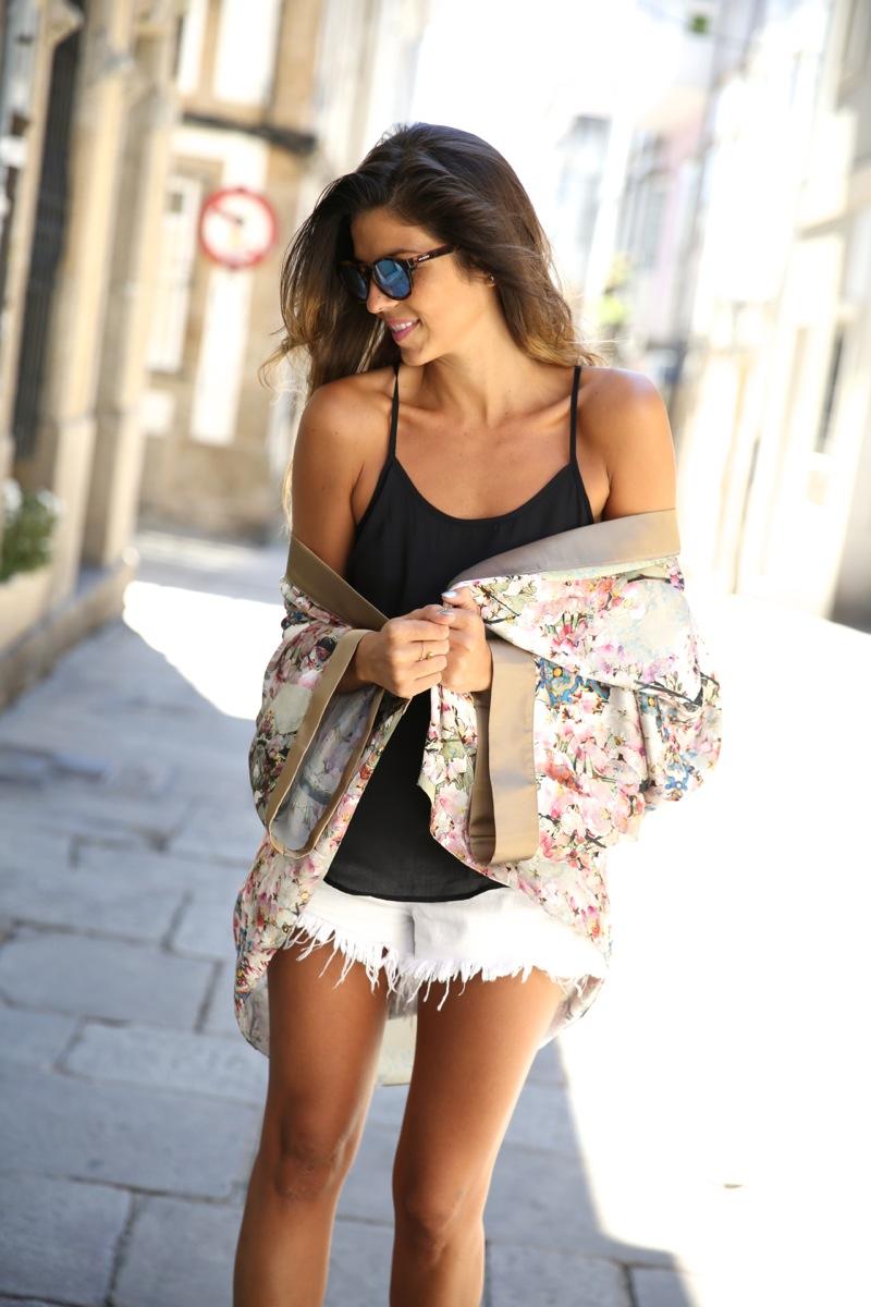 trendy_taste-look-outfit-street_style-ootd-blog-blogger-fashion_spain-moda_españa-kimono-white_sandals-sandalias_altas_plataformas-guess-denim_white_shorts-shorts_vaqueros_blancos-13