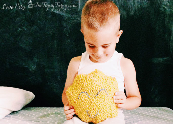 sun-shaped-pillow-crochet-e1405962760990