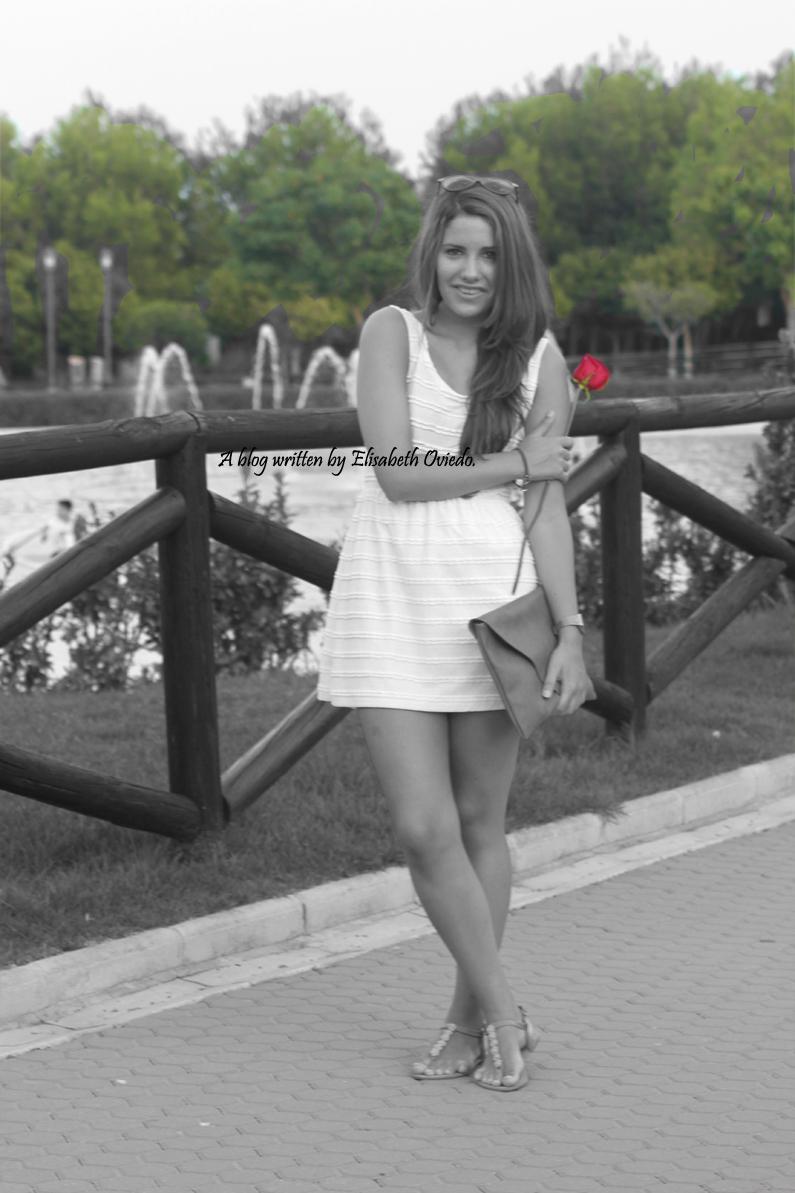 vestido-blanco-clutch-marrón-y-sandalias-marrones-con-fores-coral-MARYPAZ---HEELSANDROSES-(1)