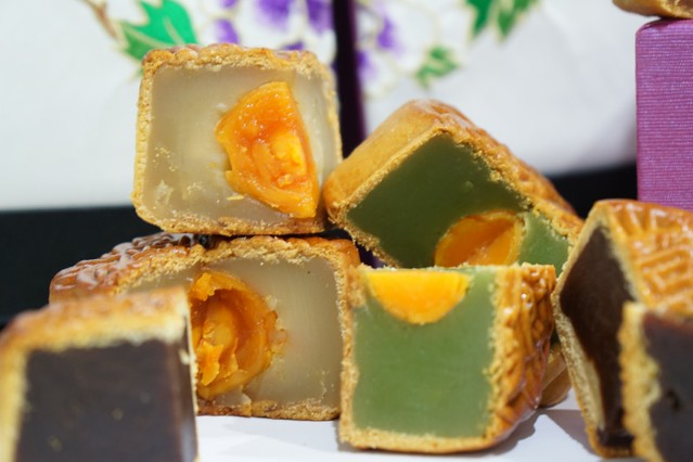 shangri la mooncake 2014 - traditional lotus mooncake