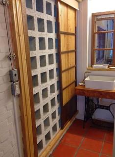 空心磗配合紅瓦地磚,讓浴室除濕能力大增。圖片來源:鍾明靜