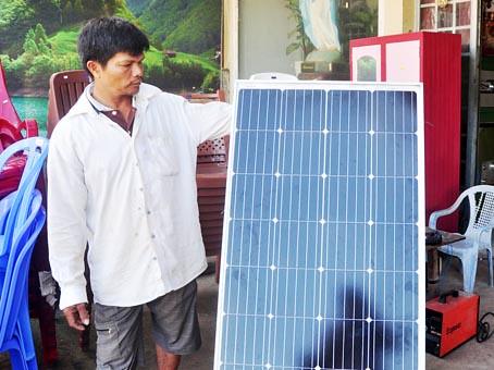 Anh Tống Văn Bé giới thiệu về tấm pin năng lượng mặt trời.