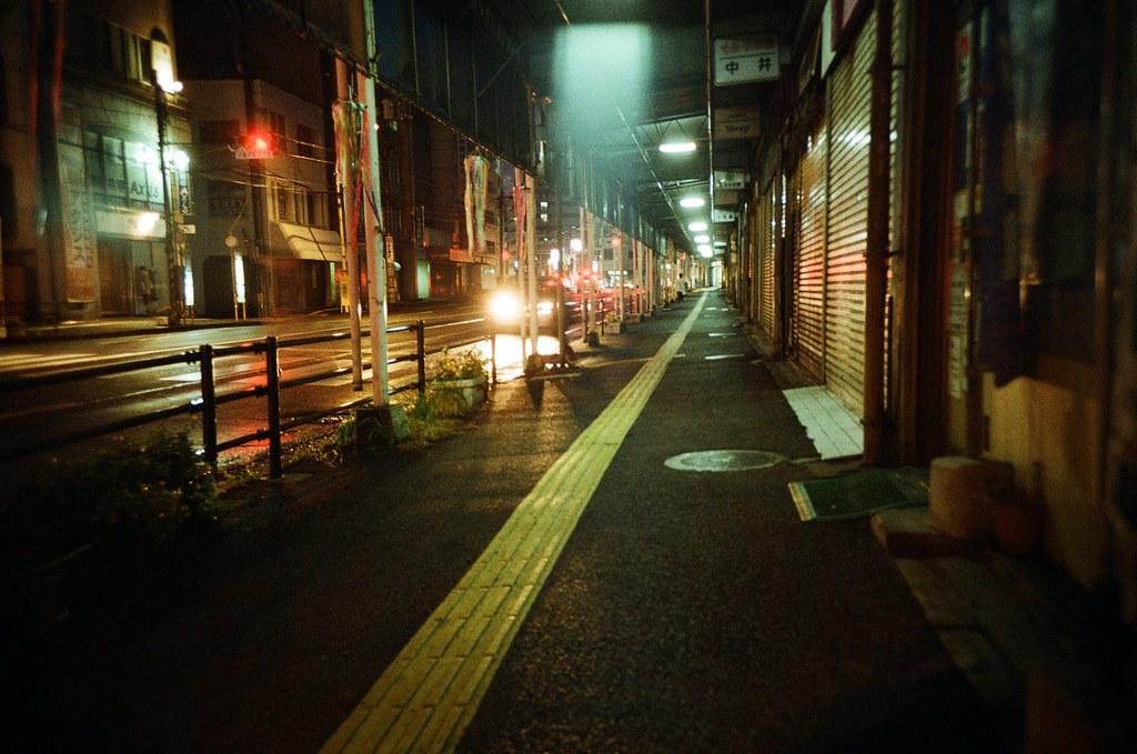 広電西広島 Hiroshima, Japan / Kodak ColorPlus / Lomo LC-A+ 從広電西広島往回走,這裡會經過一個長長的商店街,但是看起來都沒有在營業了。所以一整段都是這樣昏昏暗暗的。  但,也是我愛的景,這裡真的很適合拍一些頹廢風的照片。  可惜身邊沒有人可以讓我擺佈。  Lomo LC-A+ Kodak ColorPlus ISO200 4896-0030 2016/09/25 Photo by Toomore